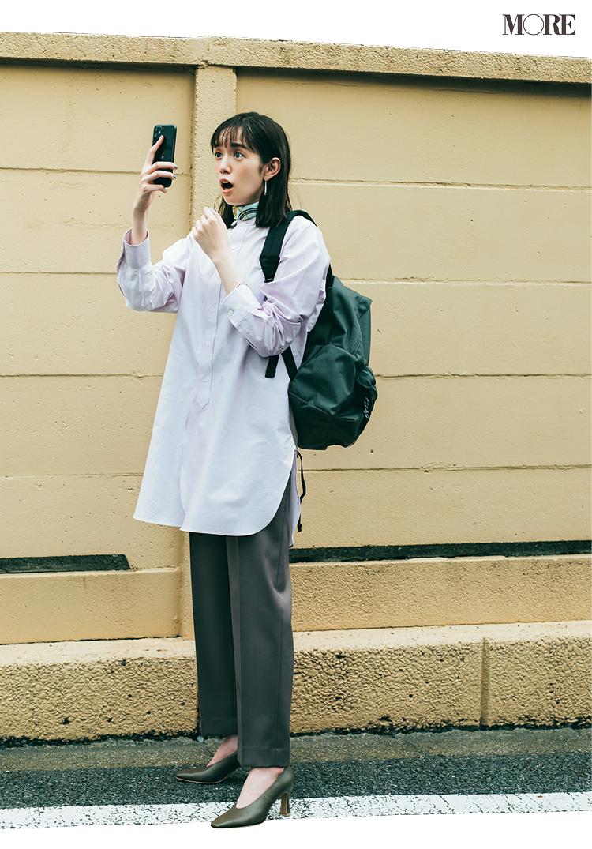 バンドカラーシャツ×グレーパンツにリュックを背負った佐藤栞里