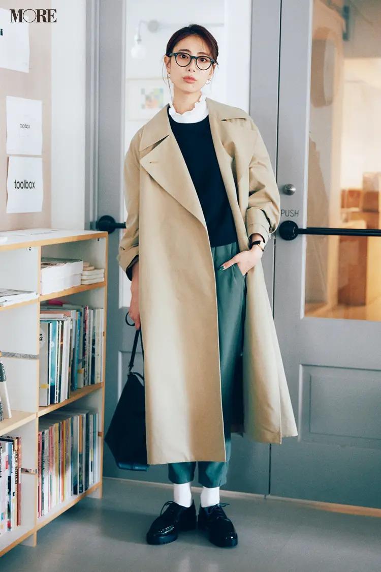 【2021最新ニットコーデ】ニット×つけ衿×パンツ×トレンチコートのコーデ