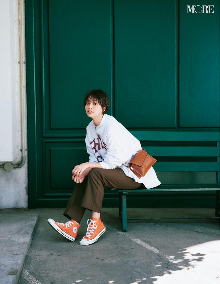 オレンジ色のコンバース カジュアルな着こなしのスニーカーコーデ