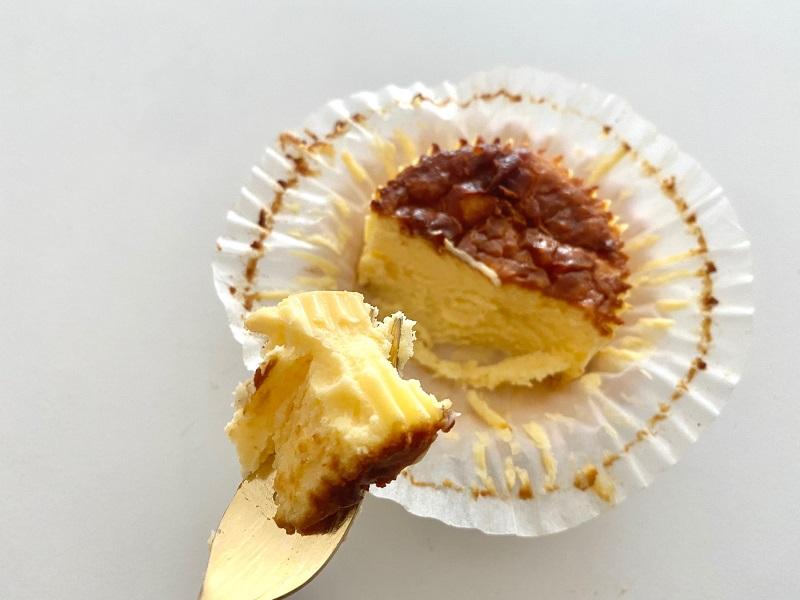 『ローソン』の「バスチー -バスク風チーズケーキ-」をスプーンですくった写真