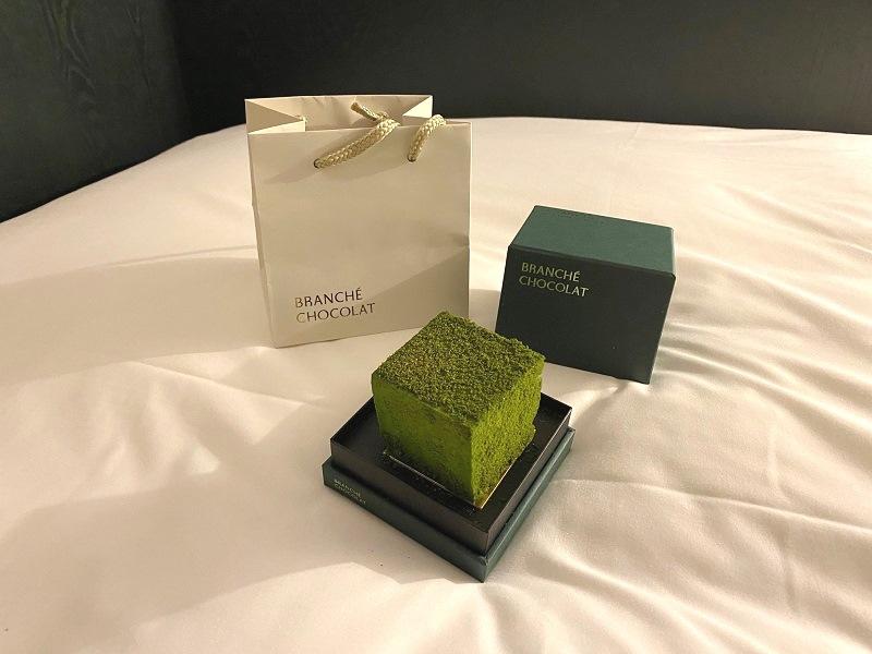 『BRANCHÉ CHOCOLAT』の「抹茶のカレ・オ・ショコラ GIFT BOX」、ケーキと包装。
