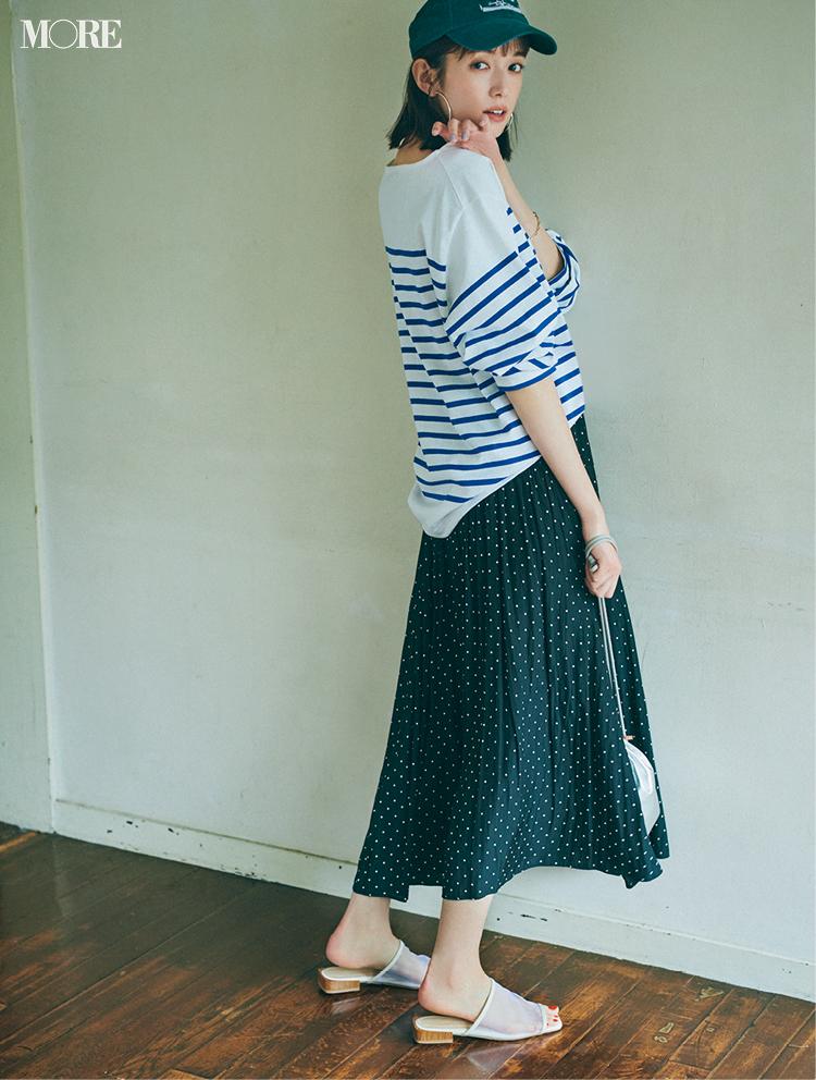 ネイビーのドット柄スカートにシアーサンダルを合わせた佐藤栞里