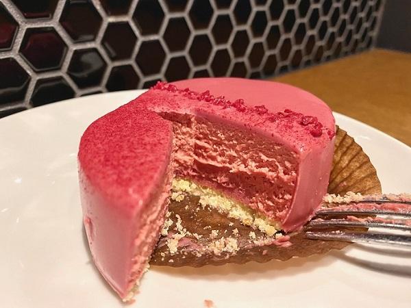 【スタバ 新作レポ】バレンタイン2021限定スイーツ「ルビーチョコレートケーキ」の断面写真