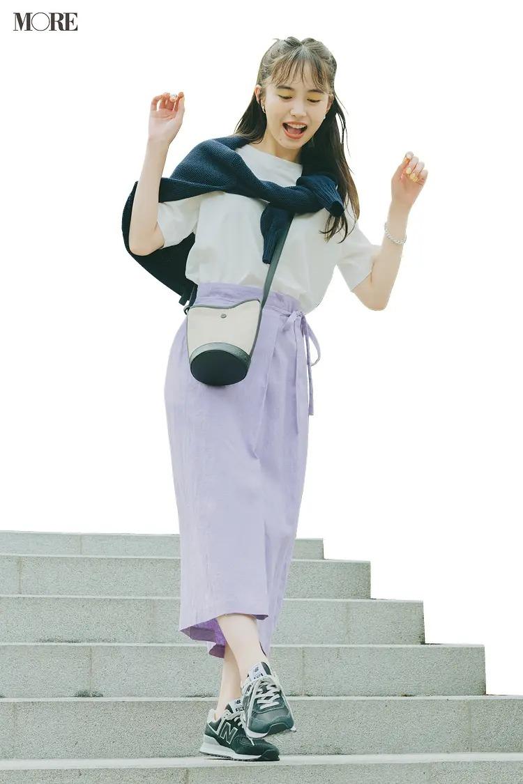 【レディースTシャツコーデ】白Tシャツ×ラベンダー色スカートのコーデ