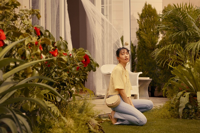 『H&M』の「LET'S CHANGE」キャンペーンコレクションのシャツとデニムを着用する新垣結衣の画像