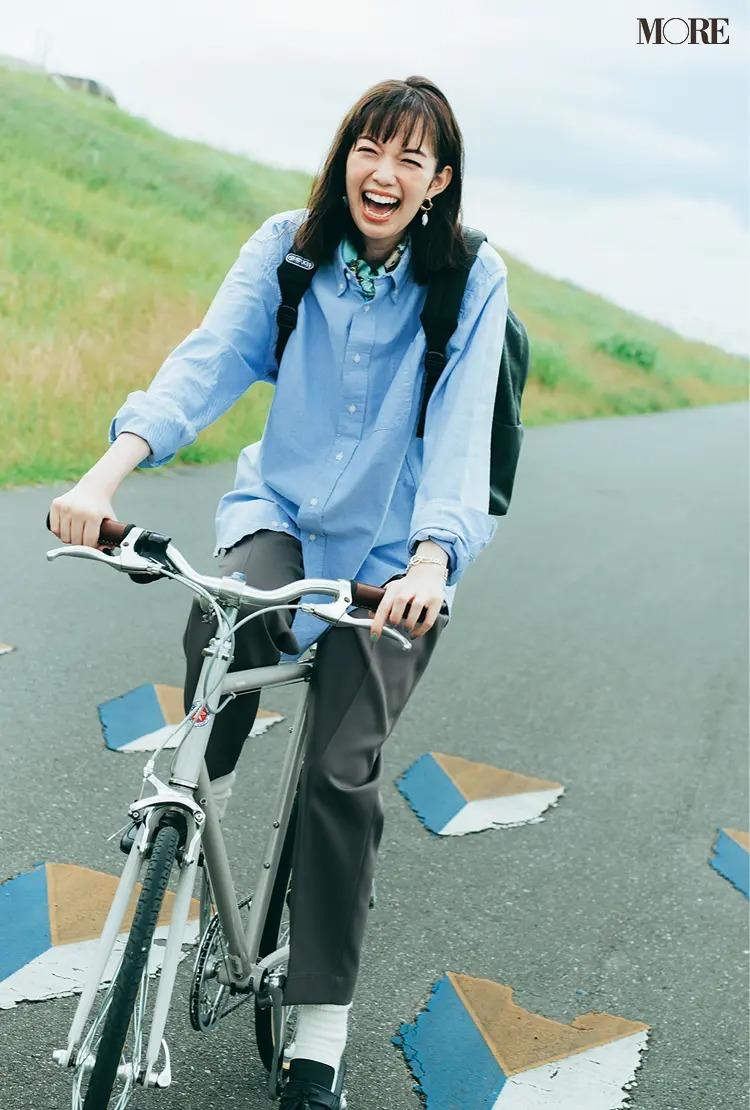 【通勤リュックコーデ】シャツ×パンツのコーデにリュックを背負った女性