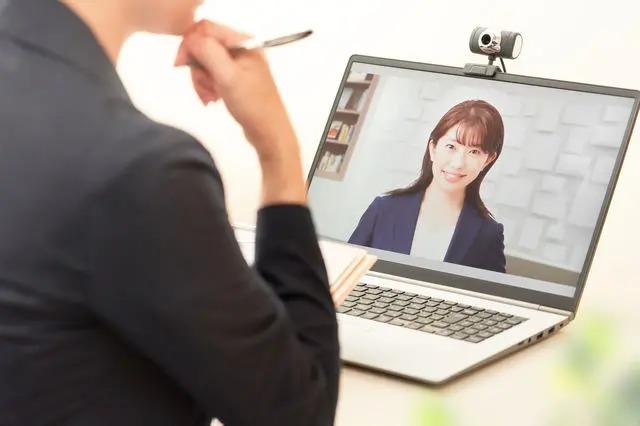パソコンでオンライン面接を受ける女性
