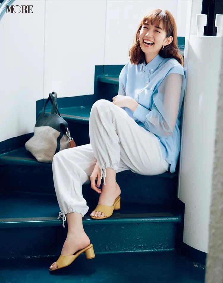 袖がシアーな水色シャツ×パンツ×イエローのミュールコーデの佐藤栞里