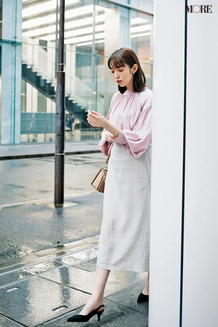 ピンクブラウスと白のタイトスカートのコーデ