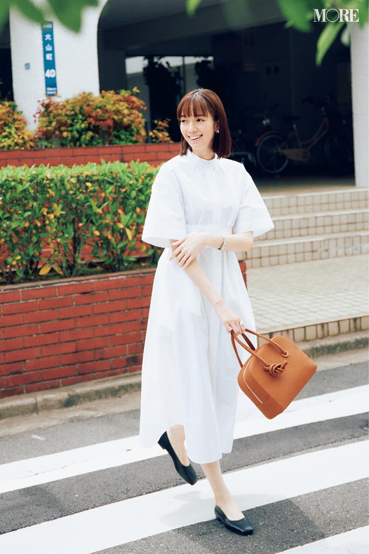 白のシャツワンピースを着た佐藤栞里