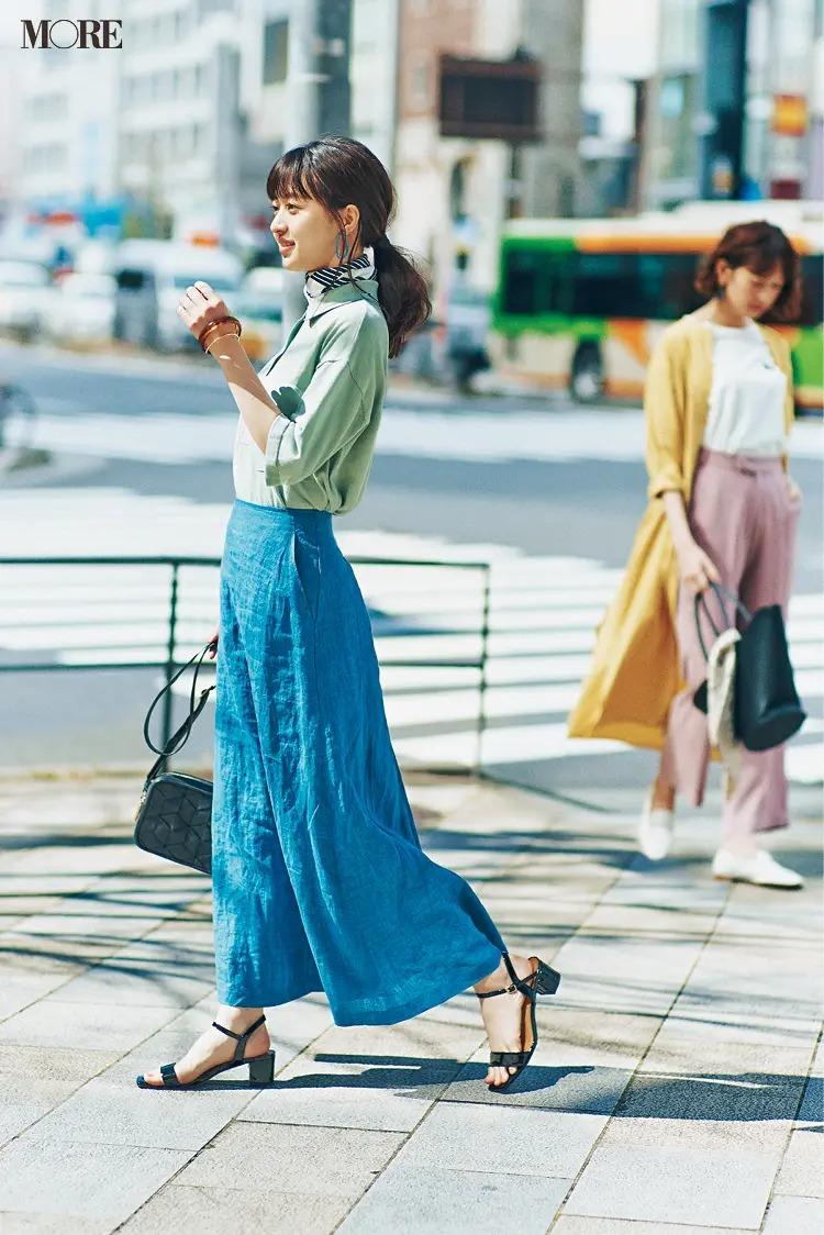 【おしゃれなレディースシャツコーデ】グリーン×ブルーで今日も元気に街へ