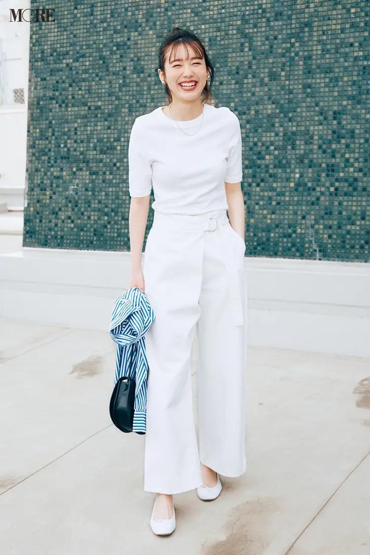 【2021夏オフィスカジュアル】白パンツ×白Tシャツ×バレエシューズのコーデ