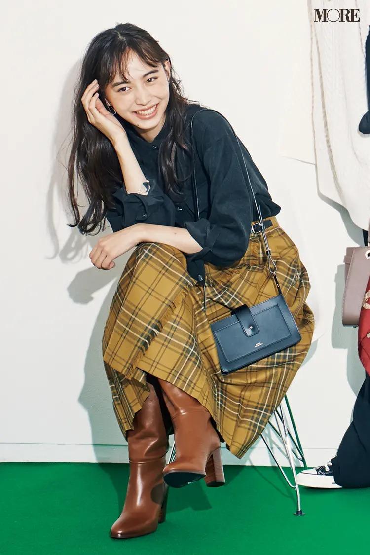 スカートとロングブーツのコーデ【2】チェック柄のスカート×ロングブーツ