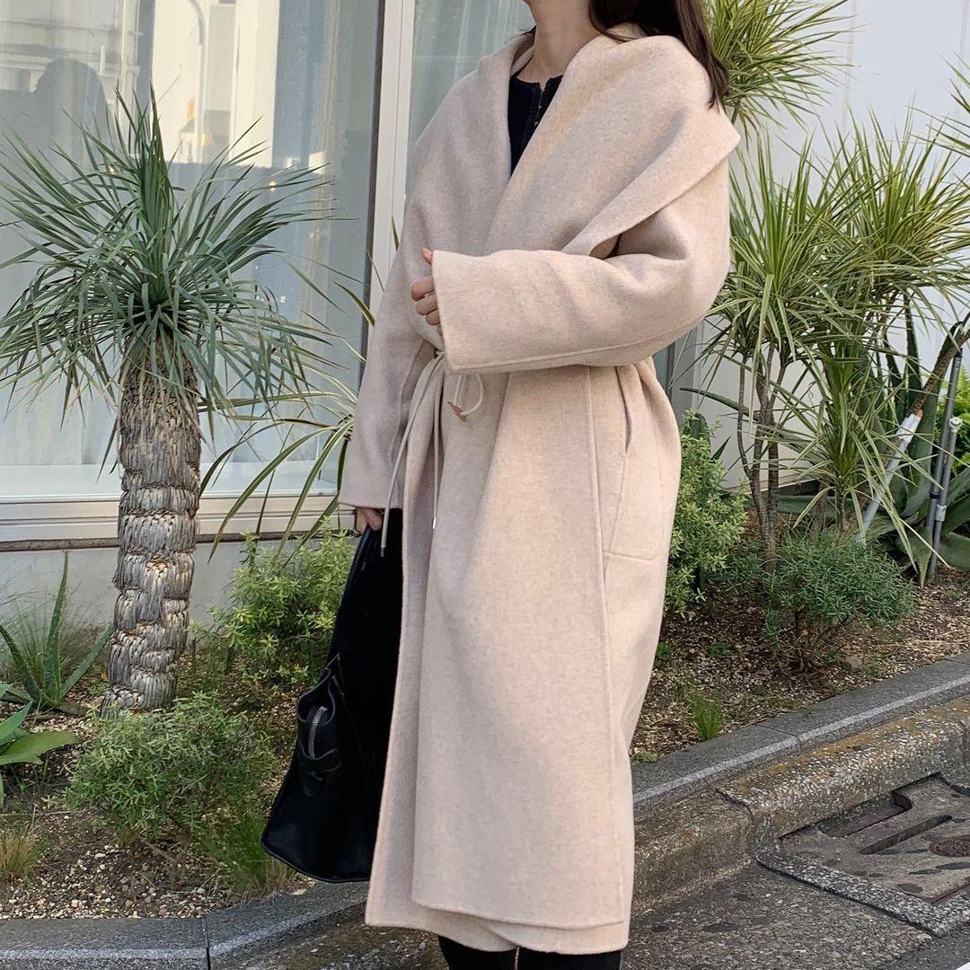 『スタニングルアー』のコート着画。上品でスタイルアップがかなうコート。