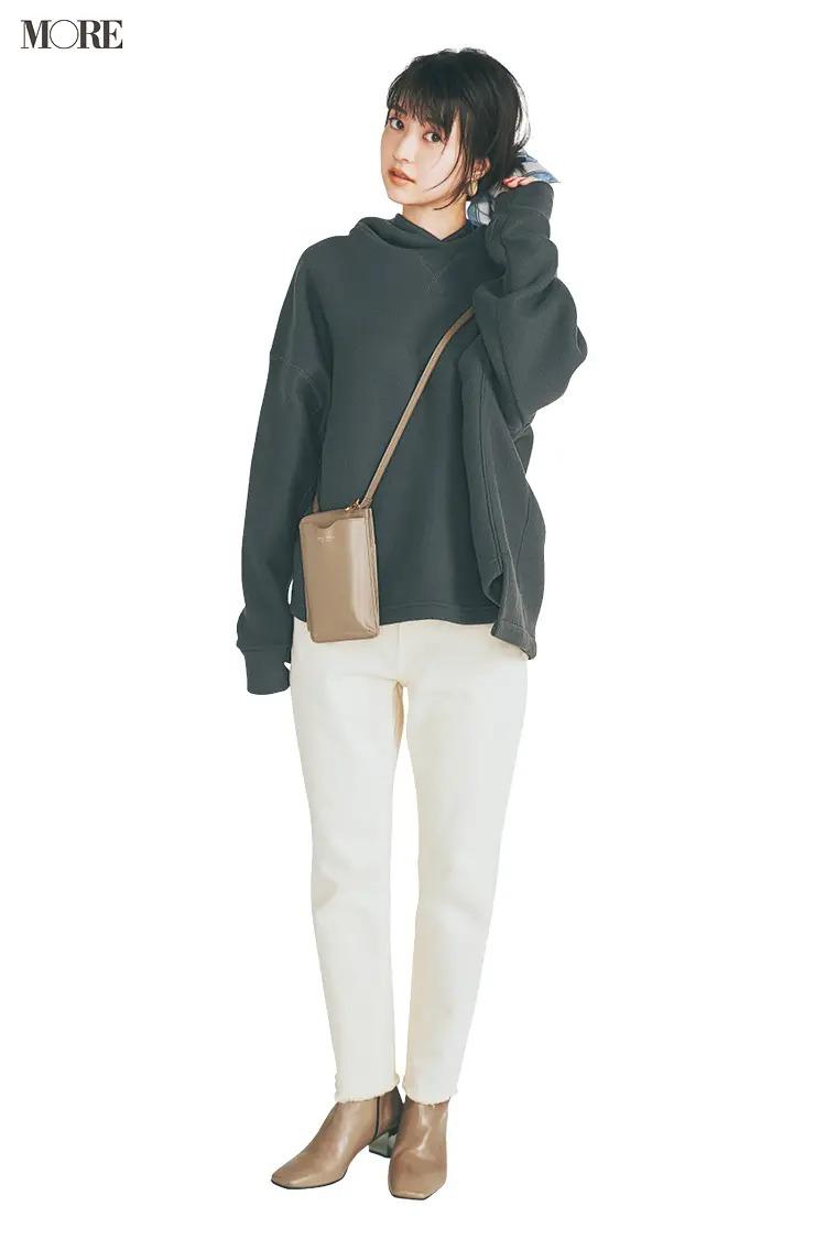【パーカーコーデ】23. エクリュ寄りの白デニムとベージュ小物で冬の休日に柔らかさを運んで