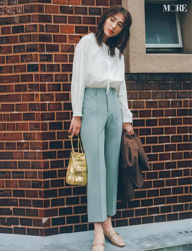 【2021秋コーデ】淡色パンツ×白ブラウス×ローファーのコーデ