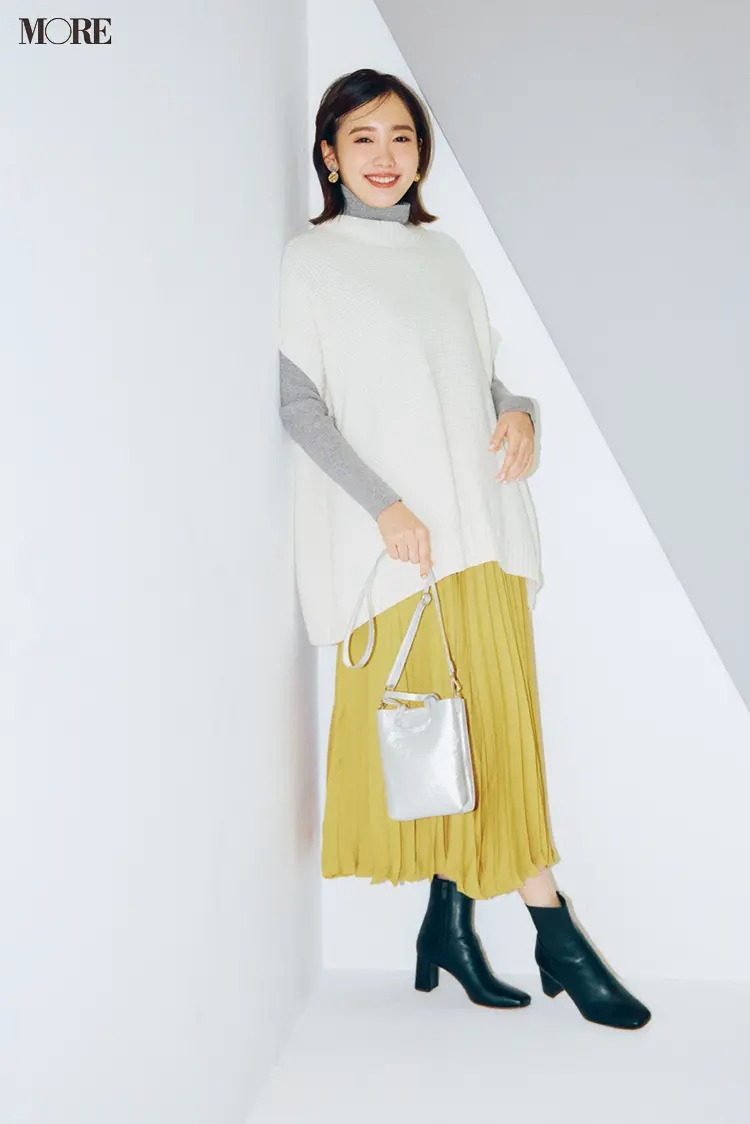 【2021最新ニットコーデ】白のニットベスト×タートルネックのニット×プリーツスカートのコーデ