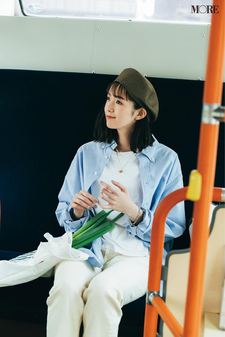 白Tシャツにブルーのオックスフォードシャツをはおってベレー帽を被った佐藤栞里