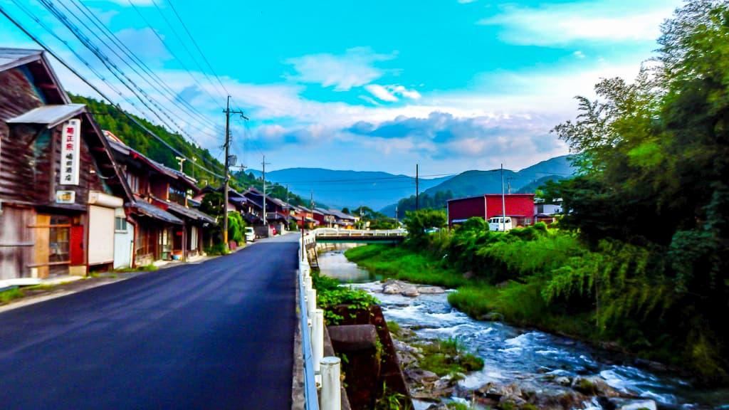 キレイな川が村の中心を流れるみつえ村の写真
