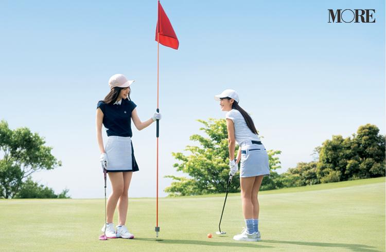 ゴルフ場でピンフラッグを持つ井桁弘恵とパターをする鷲見玲奈