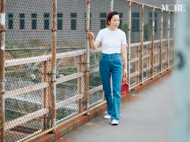 Tシャツ、デニム、コンバースを合わせたスタイリスト高野麻子さん