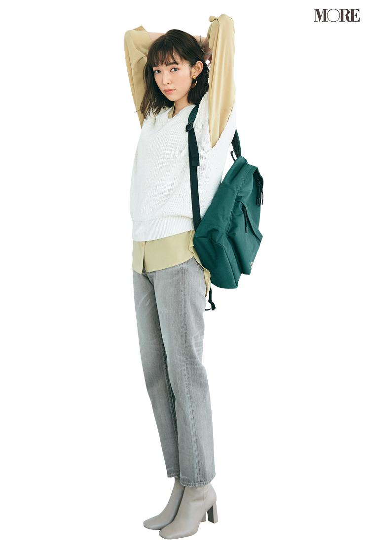 シップスのグレーデニムにニットベストを着た佐藤栞里