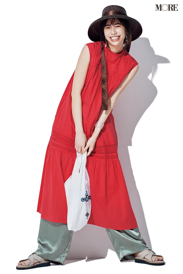 【ワンピースコーデ】赤いノースリーブワンピ&サテン風パンツのコーデ