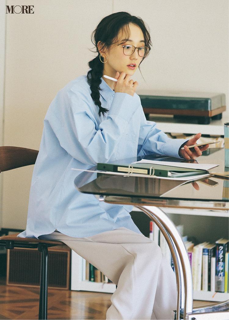 ブルーのシャツとベージュのパンツコーデでメガネをかけた鈴木友菜