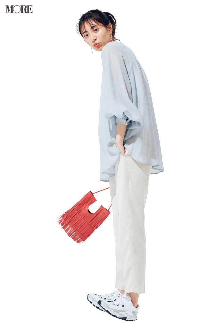 シアーシャツ×白パンツ×スニーカーコーデの土屋巴瑞季