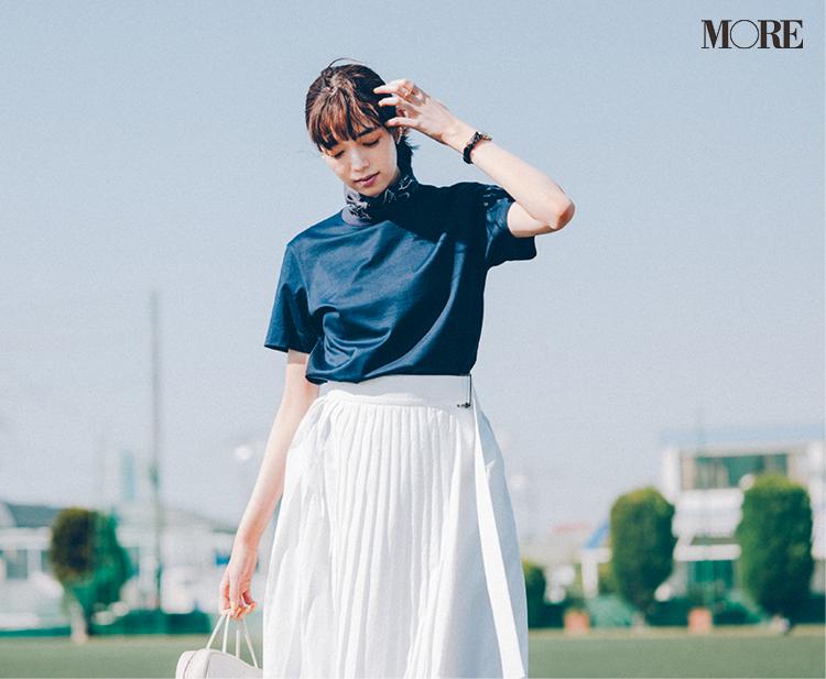 ネイビーのTシャツに白いプリーツスカートコーデ
