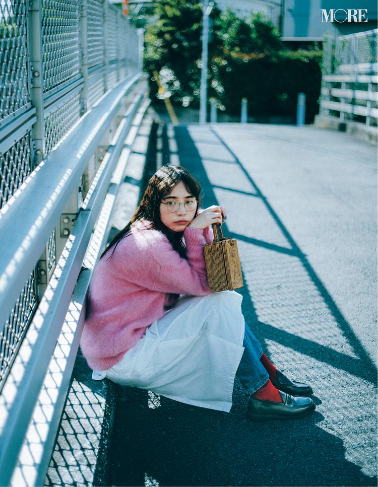 ピンクのニットを着てローファーをはいた井桁弘恵