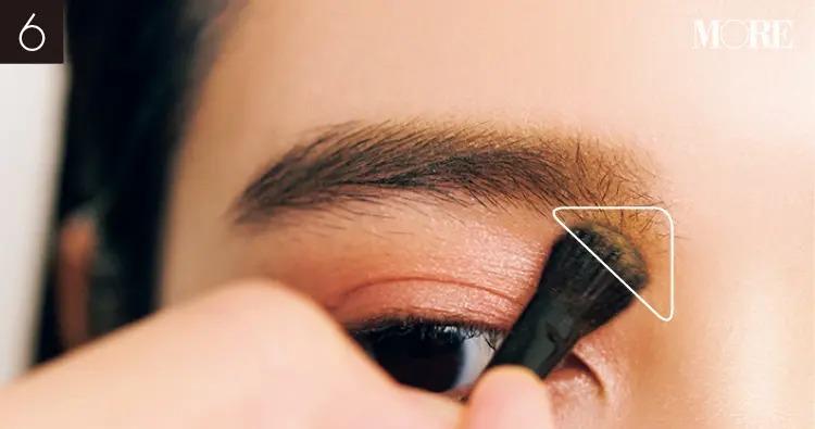 イガリシノブおすすめの眉メイクでイエローのノーズシャドウを眉頭下の三角ゾーンに置く目元