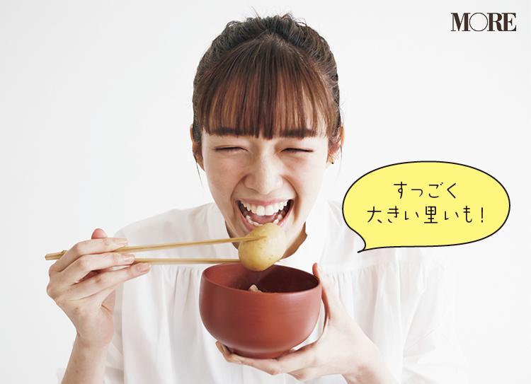 佐藤栞里が、山形県のおすすめお取り寄せグルメ「さとう農園」の芋煮セットを食べている様子