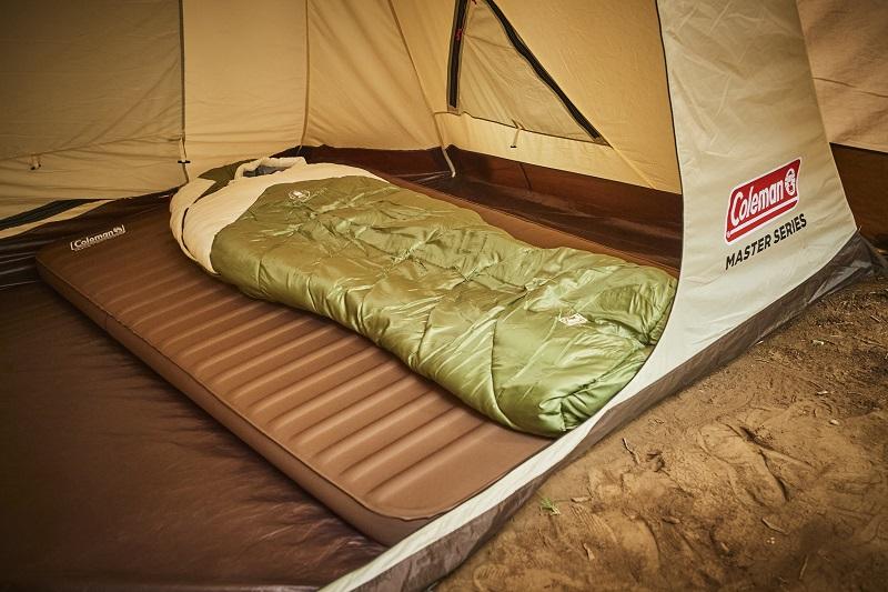 『コールマン』スタッフがおすすめする、秋のキャンプグッズ「タスマン キャンピング マミー/L-8 (オリーブ/サンド)」をテント内で使っている様子