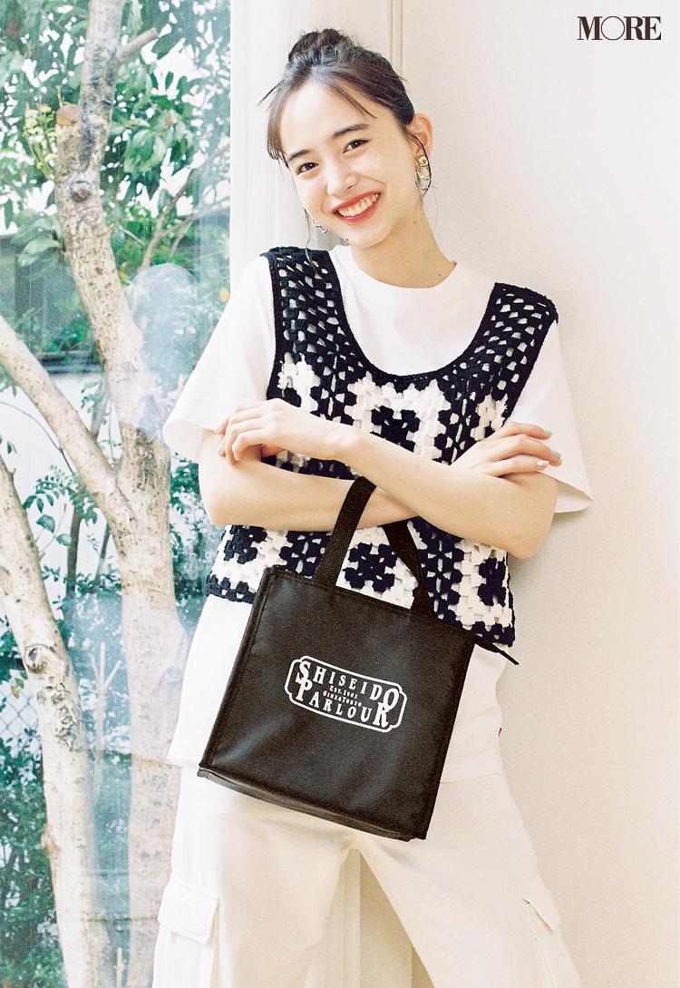 井桁弘恵がMORE6月号の特別付録、資生堂パーラー×MORE Everyday保冷バッグを持っている様子