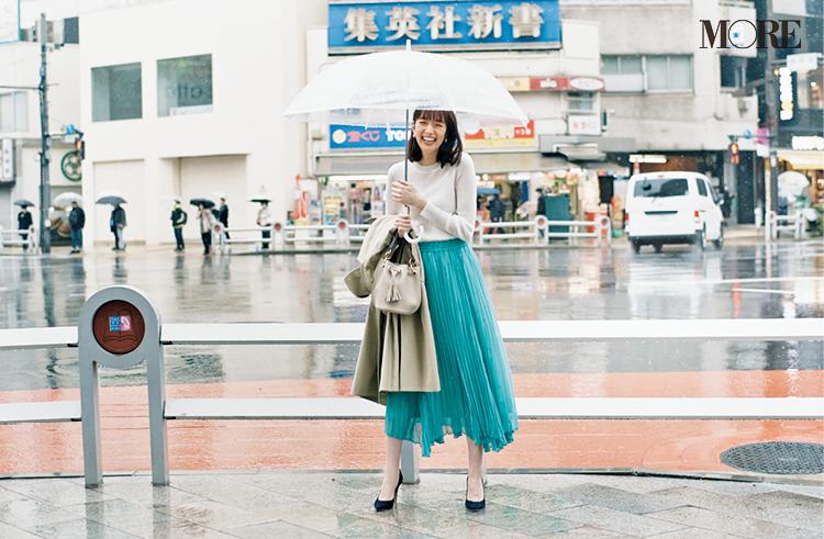 同じシアーニットを通勤コーデに着まわしている佐藤栞里