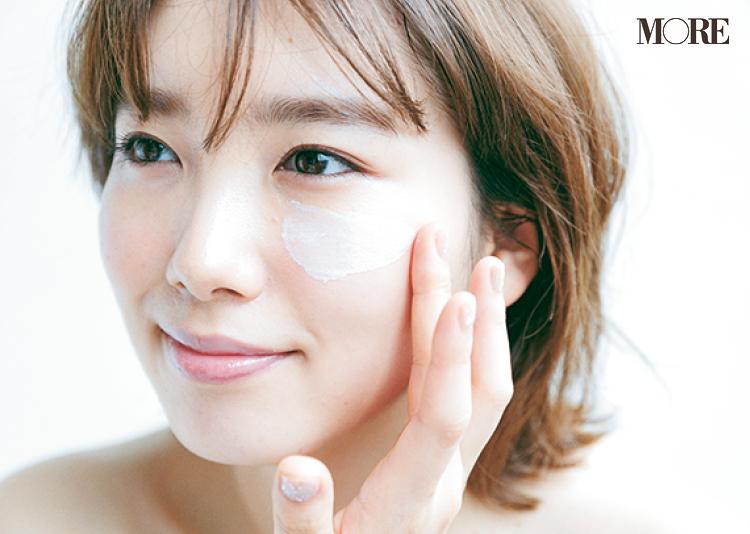 美容液と化粧下地を顔に塗る飯豊まりえ
