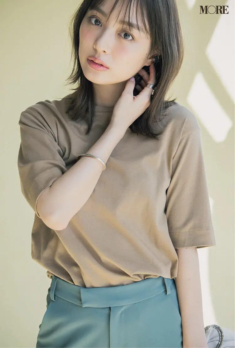 内田理央が着る、キャメルカラーのTシャツ
