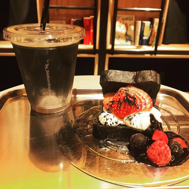 『BOOK AND BED TOKYO SHINJUKU』のカフェラテとストロベリーサンド
