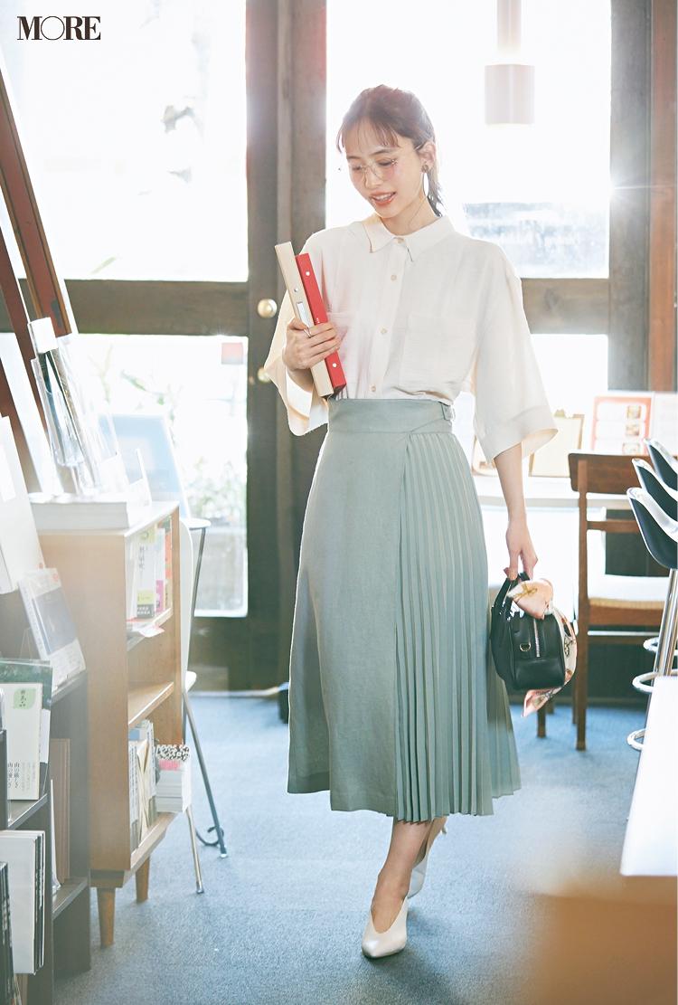 白シャツ×スカートでメガネをかけた井桁弘恵