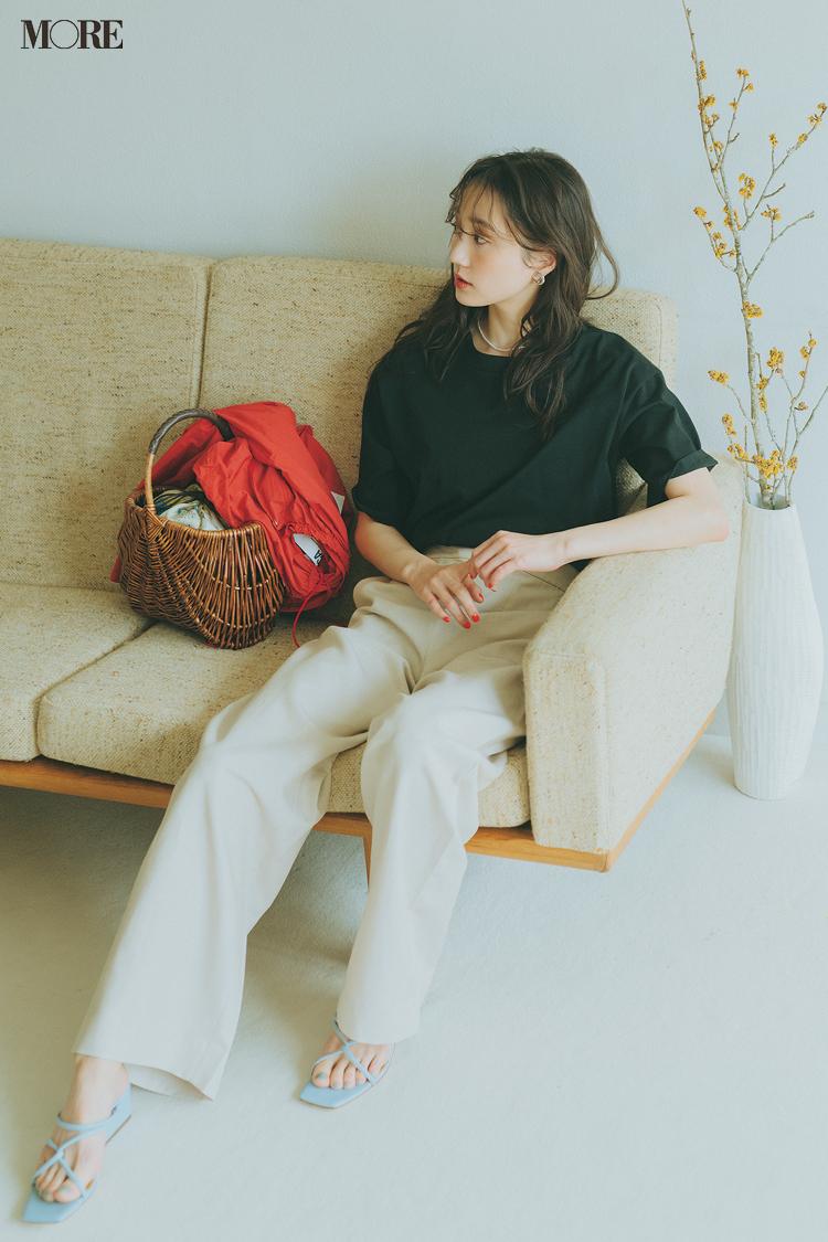 【今日のコーデ】黒いTシャツと白いパンツのコーデにカゴを合わせた鈴木友菜