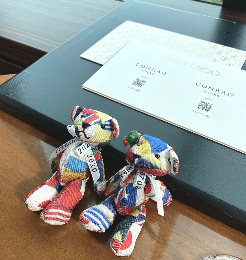 「コンラッドアフタヌーンティー with JIMMY CHOO」のテーブルセット。コンラッド・ベアとマスクケース。