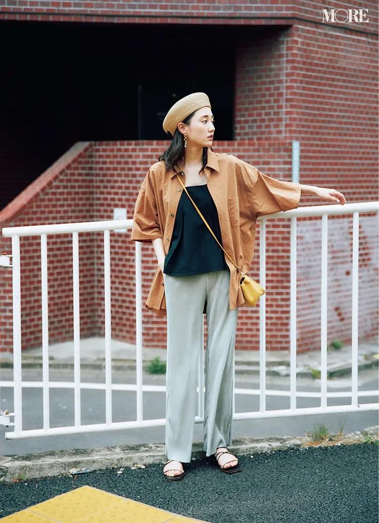 シャツ×パンツコーデでベレー帽をかぶった鈴木友菜