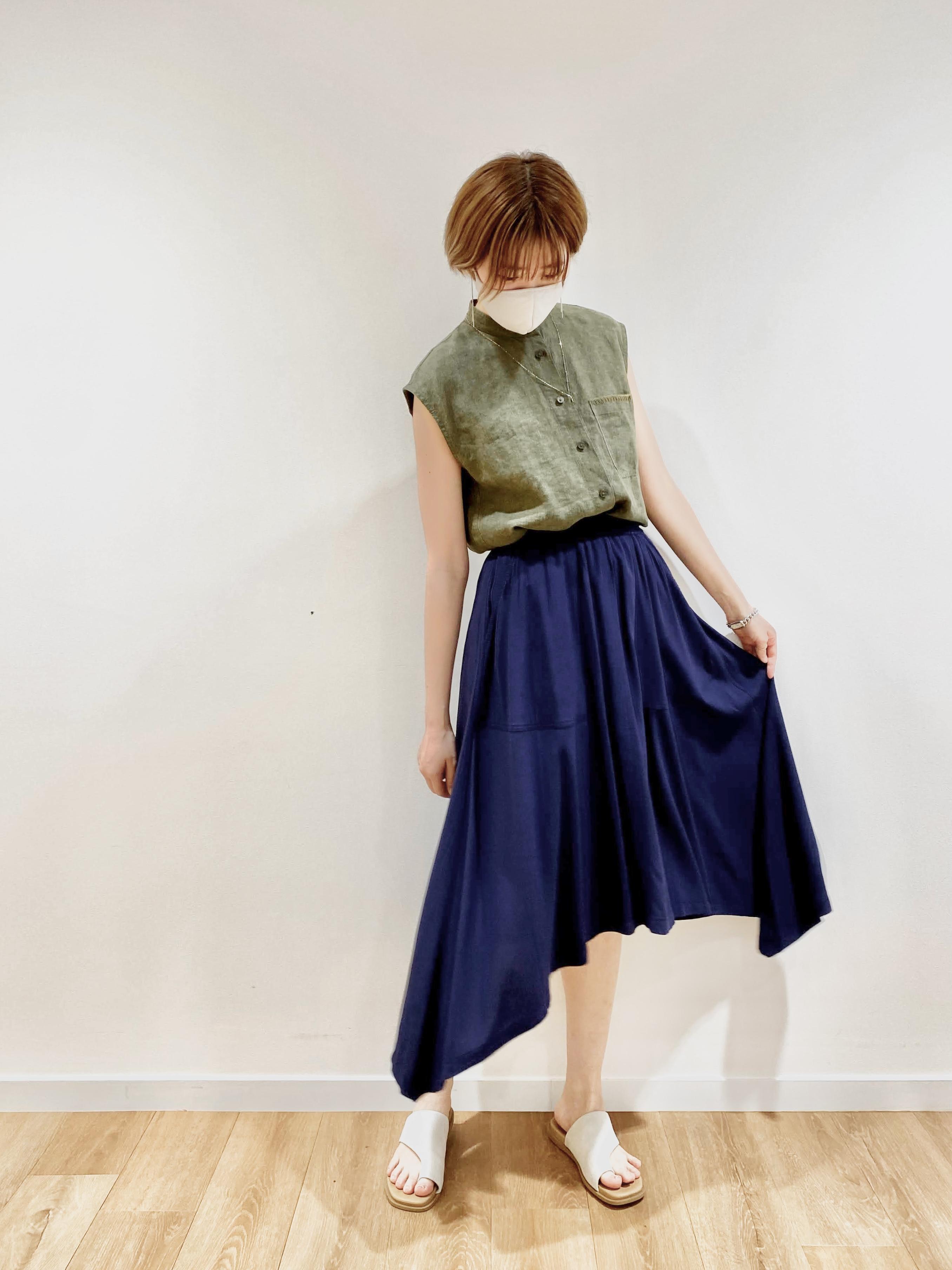ユニクロ&JWアンダーソンのリネンスタンドカラーシャツとデザインヘムスカートのコーデ