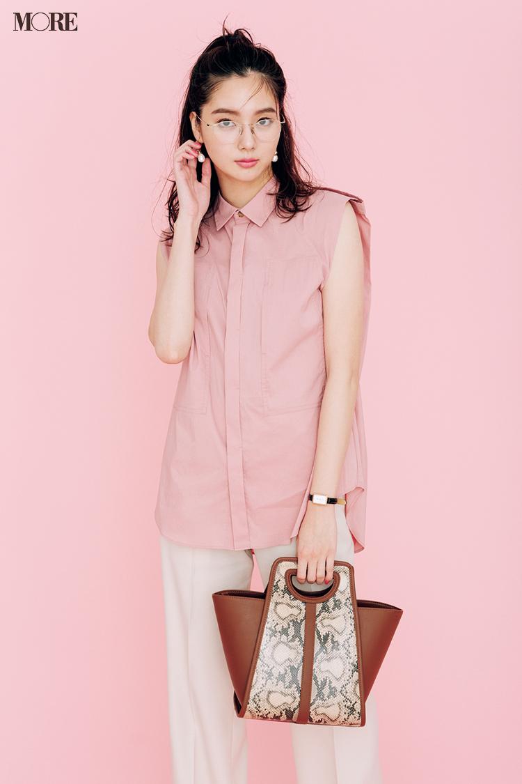 【今日のコーデ】白パンツにピンクのノースリシャツを合わせた新川優愛