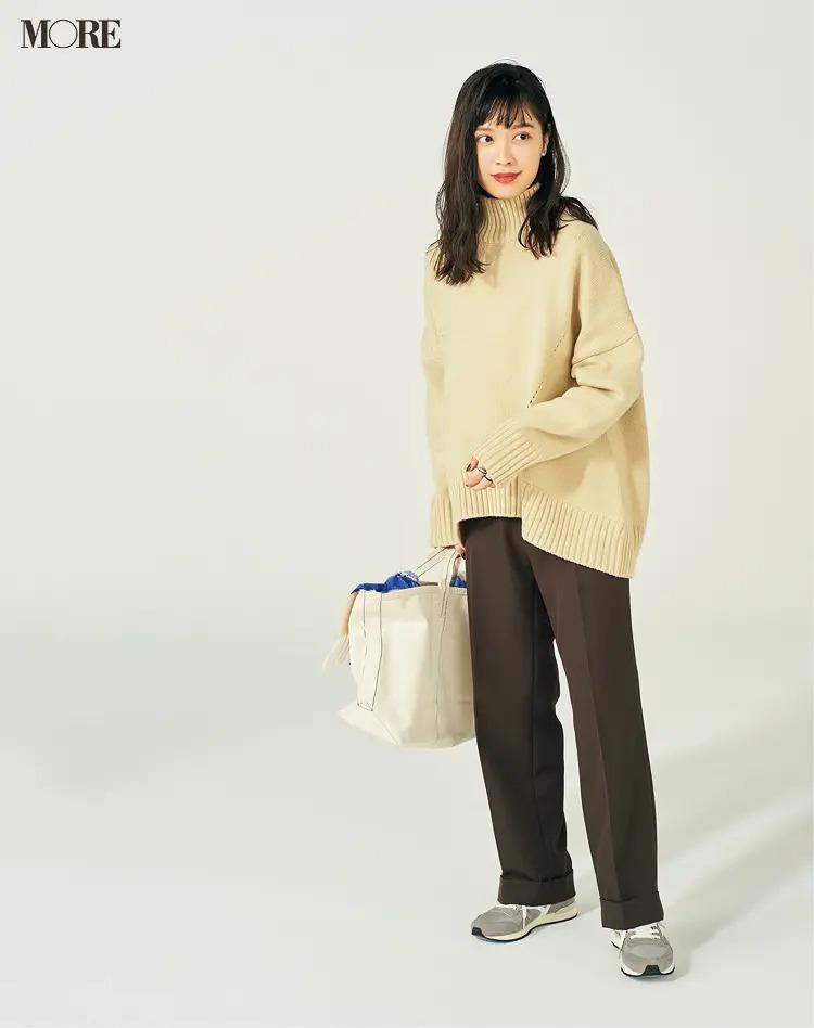 【冬のスニーカーコーデ】淡色スニーカーは旬のカラーパンツにも好相性