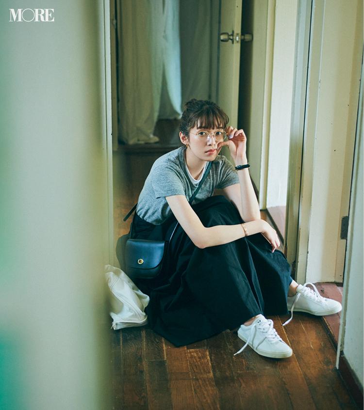 白いスニーカーをスカートに合わせたコーデの佐藤栞里