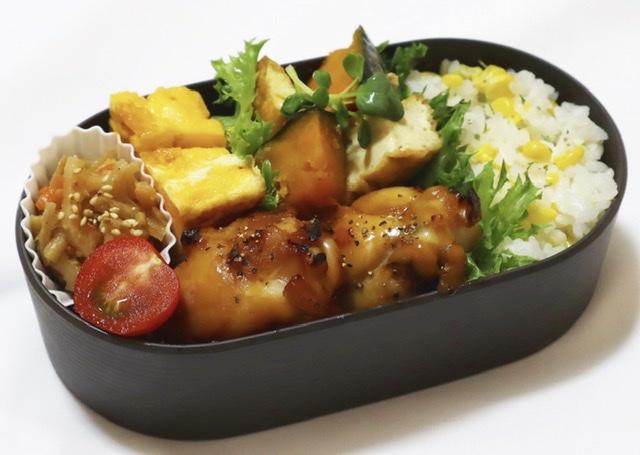 この日の夏野菜はとうもろこしとカボチャ  【とうもろこしご飯】 とうもろこしの身を落として 残った芯とお米と少量の塩とともに炊きます とうもろこしの芯から甘みが出るので とっても美味しいです♡こちらは冷凍保存◎  【手羽元の照り焼き】 こちらは前日の残り物で冷蔵保存  【カボチャの煮物】 厚揚げと一緒に煮ました こちらは冷蔵保存がおすすめ  この日も彩りに夏野菜のミニトマト♡