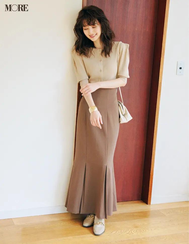 【2020秋冬のローファーコーデ】女性らしいラインのスカート×ローファー