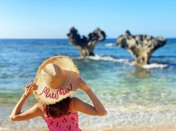 Premiumインフルエンサーズのインスタ拝見! 折田楓さんは、Go To トラベルを利用して沖縄へワーケーションに。ティーヌ浜のハートロックが映える